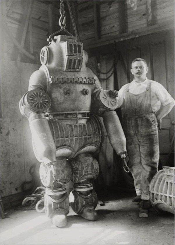 Ныряльщик и его водолазный костюм, который весил около 200 килограммов