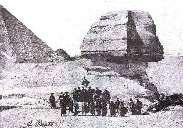 Группа самураев на фоне сфинкса, 1864 год