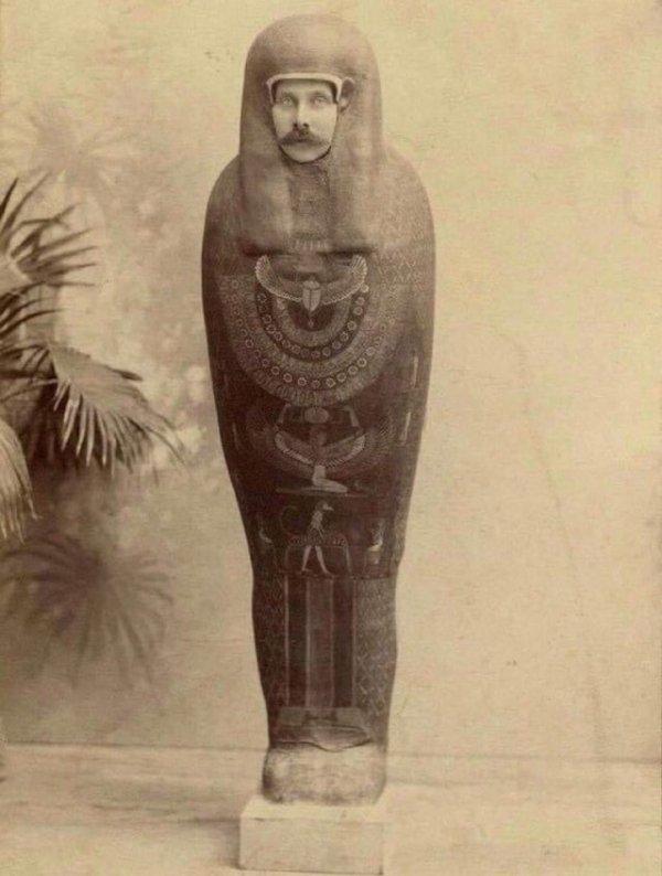 Эрцгерцог Франц Фердинанд притворяется мумией во время поездки в Каир в 1896 году