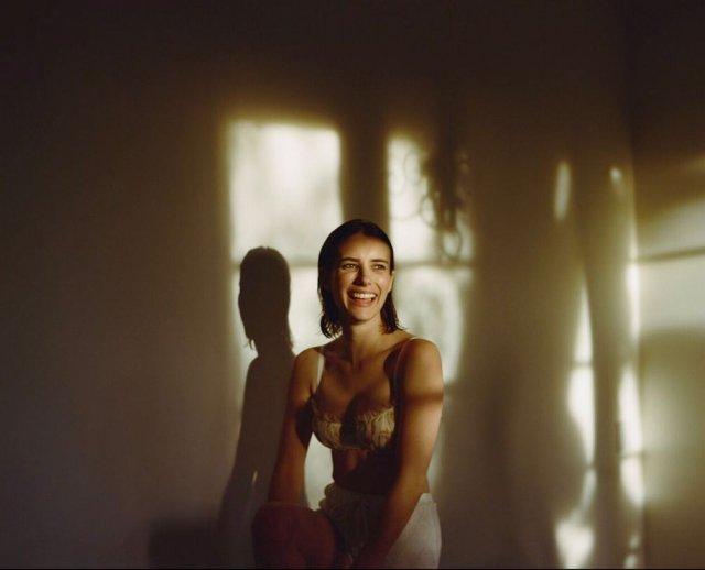 """Актриса Эмма Робертс, которая сыграет в голливудской адаптации """"Иронии судьбы"""" роль Нади  в нижнем бель"""
