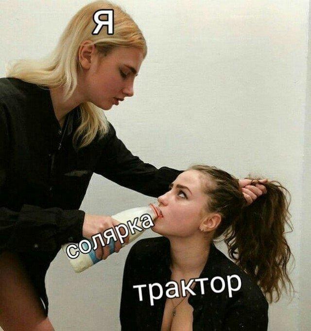 Две девушки пьют молоко