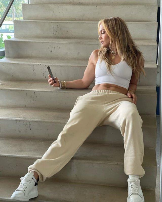 Дженнифер Лопес в белой майке и спортивных штанах