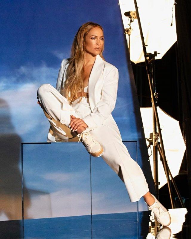 Дженнифер Лопес в белом костюме