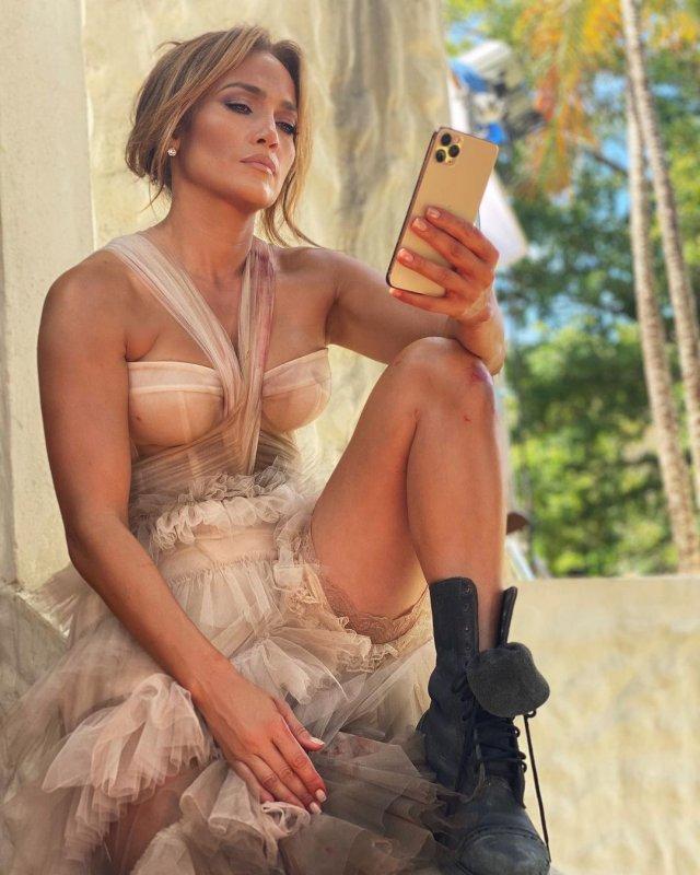 Дженнифер Лопес в цветном плтье