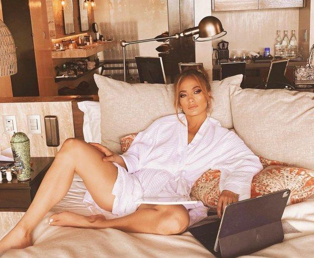 Дженнифер Лопес в белом халате лежит