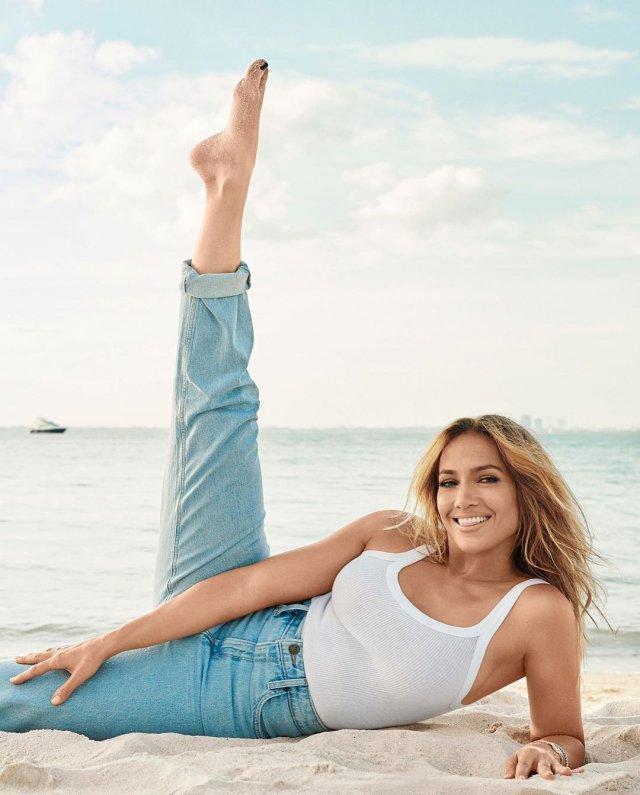 Дженнифер Лопес в белой футболке и джинсах
