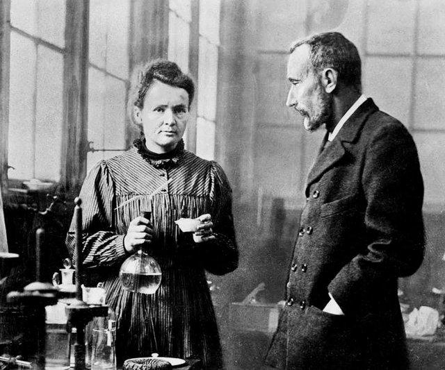 Ученые-химики Пьер и Мария Кюри – первооткрыватели радиоактивности и авторы термина «радиоактивность». Открыли элементы Радий (Ra) и Полоний (Po), 1898 год.