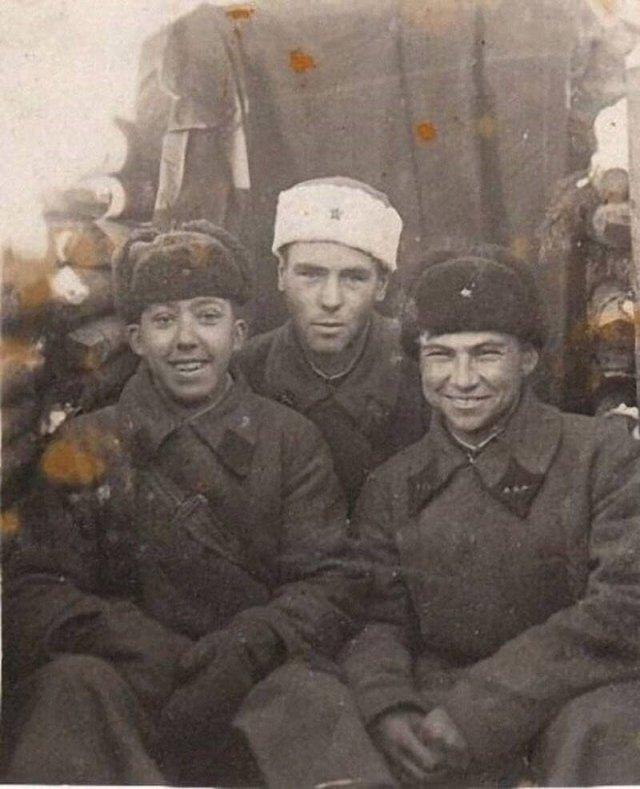 18-летний Юрий Никулин с боевыми товарищами во время финской войны. СССР, 1940 год.