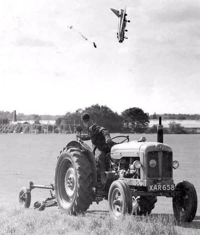 Пилот Джордж Эйрид в последний момент покинул пикирующий реактивный самолет и выжил. Англия, 1962 год.