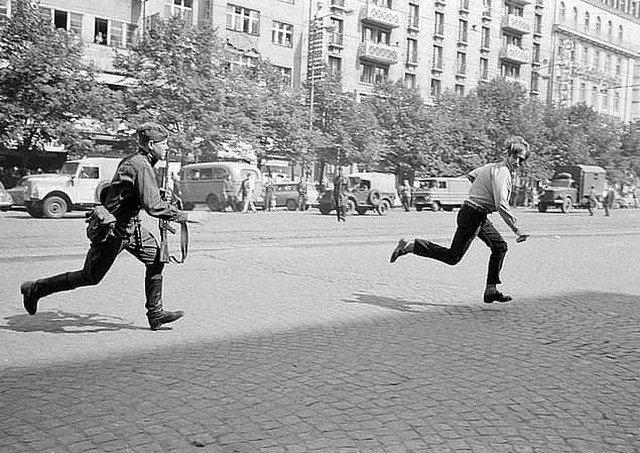 Советский солдат преследует молодого человека, бросавшего камни в танк, Пражская весна, 1968 г.