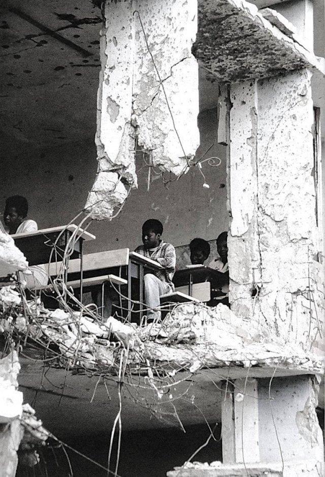 Занятия в разрушенной школе, Ангола, 1997 г.