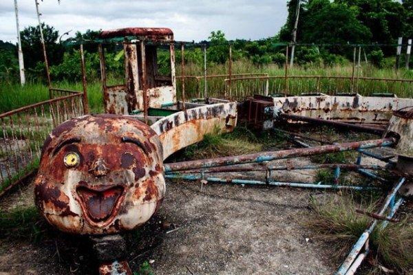 Заброшенный поезд-клоун в Танзании