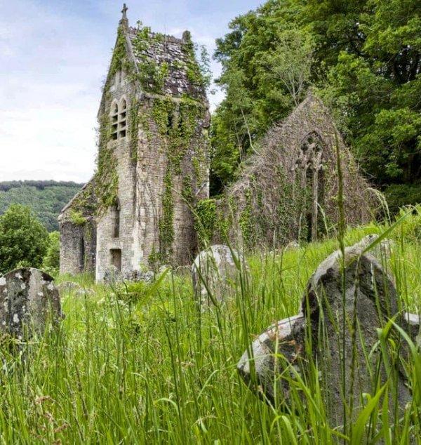 Руины церкви на склоне холма возле аббатства Тинтерн, Уэльс