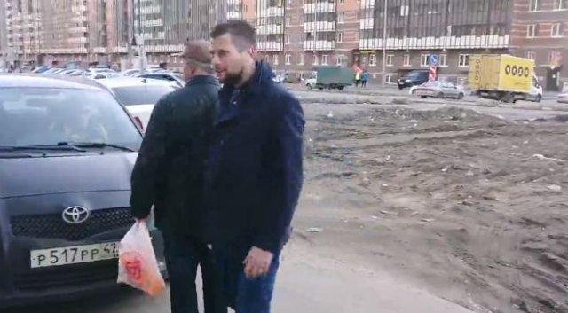 Быдло из Мурино заставляло пожилого мужчину отойти, чтобы его девушка проехала по тротуару