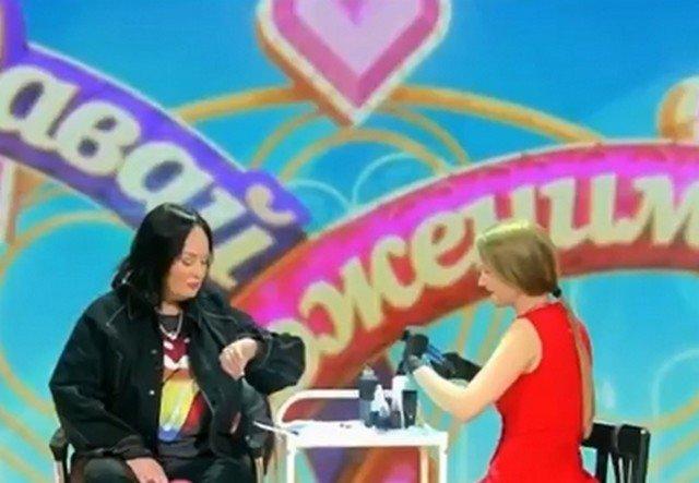 """Ведущая шоу """"Давай поженимся"""" Лариса Гузеева сделала татуировку в прямом эфире"""