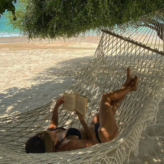 Стримерша Мира mira_twich (Александра Гаевская) в купальнике на гамаке читает книгу