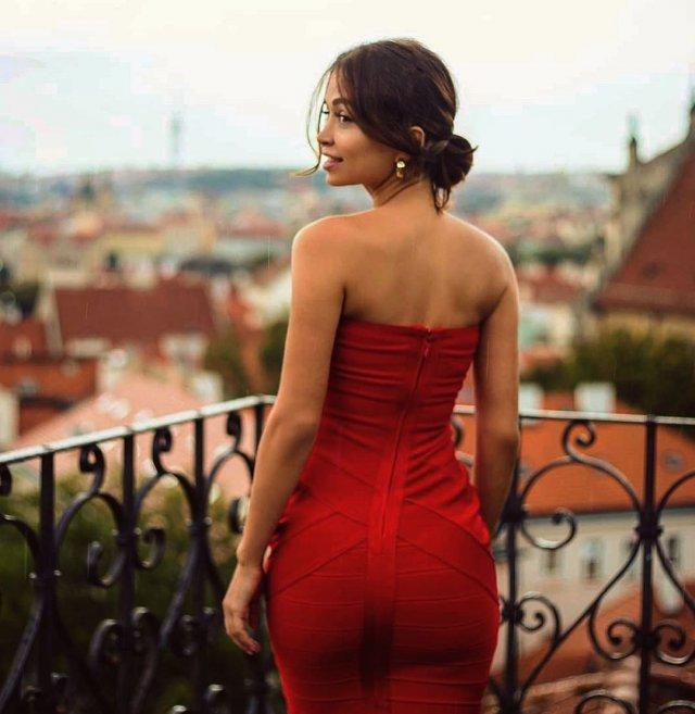 Стримерша Мира mira_twich (Александра Гаевская) в красном платье