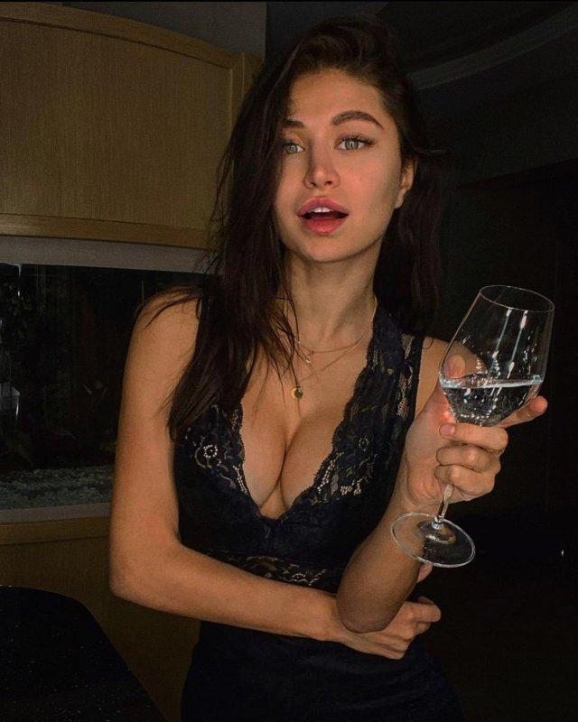 Стримерша Мира mira_twich (Александра Гаевская) в черном боди с декольте