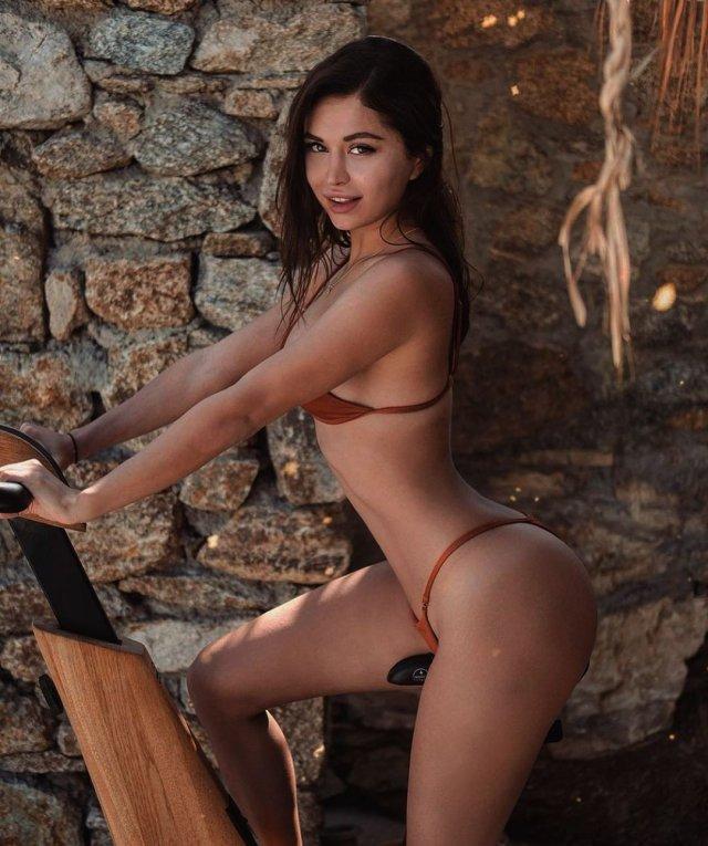 Стримерша Мира mira_twich (Александра Гаевская) в красном купальнике
