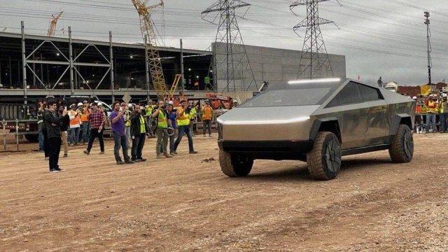 Илон Маск приехал на Cybertruck на завод Giga Texas - показал салон пикапа и свою фигуру