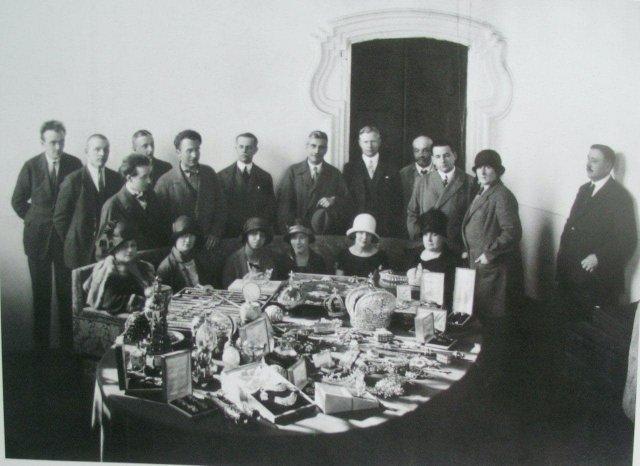 Драгоценности Романовых, в том числе яйца Фаберже, выставлены на обозрение для иностранных послов и прессы перед аукционом в 1925 году.