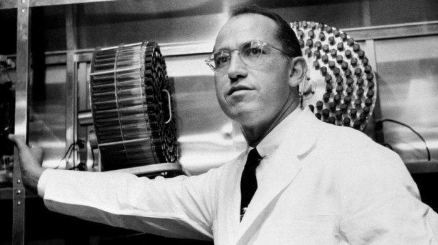 Джонас Солк отказался патентовать свою вакцину от полиомиелита в 1955 году. Так он потерял $7 млрд, но сделал лекарство доступным для детей по всему миру. Благодаря ему заболеваемость этим диагнозом снизилась на 96%.