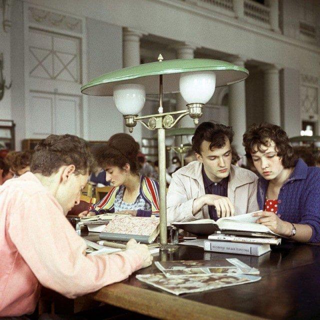 В читальном зале Государственной библиотеки СССР имени В.И. Ленина в Москве, 1962 год.