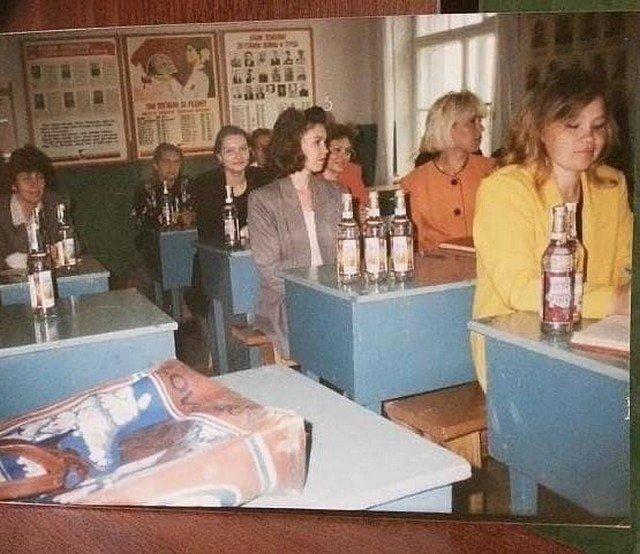 Выдача зарплаты водкой учителям перед педсоветом, 1997 год, Россия.