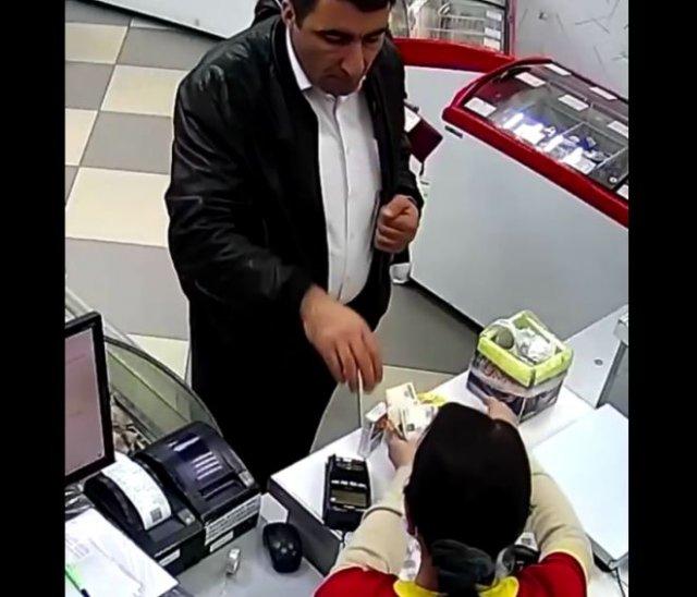 """Ловкость рук и """"никакого мошенничества"""": покупатель хитро обманул кассира"""