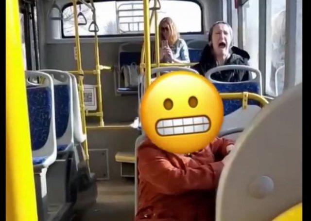 Неадекватная бабуля кричит в автобусе