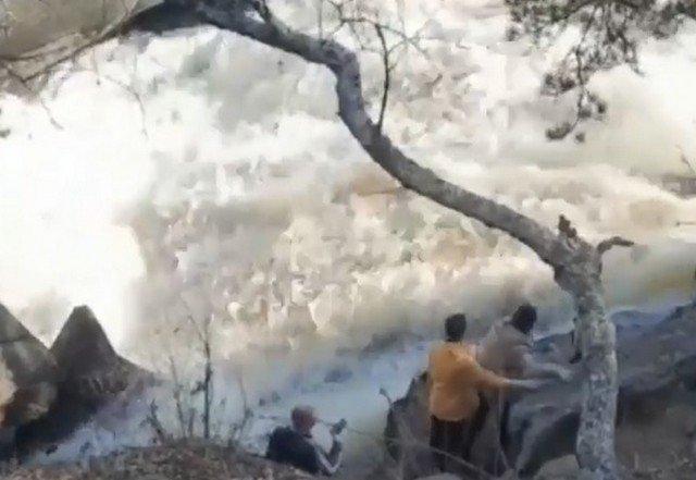 Эффектное селфи на фоне водопада закончилось падением в воду в Казахстане