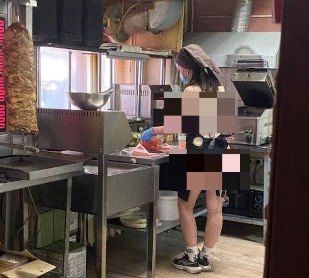 Жители города Апатиты возмутились из-за девушки-повара, которая готовила в купальнике