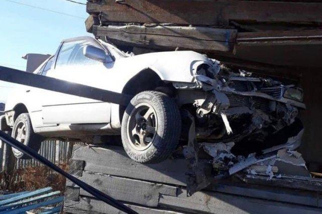 В Бурятии машина впечаталась в окно дома