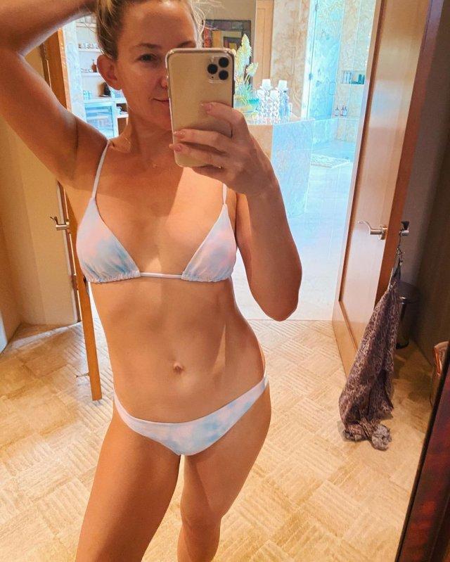 Кейт Хадсон в фиолетовом купальнике