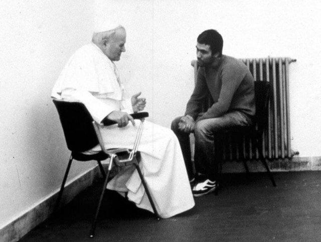 Римский папа Иоанн Павел II беседует со стрелявшим в него турецким террористом Мехметом Али Агджа, 1983 год.