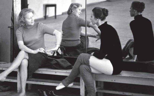 Великие балерины Галина Уланова и Майя Плисецкая в балетном классе Большого театра, 1970 г.