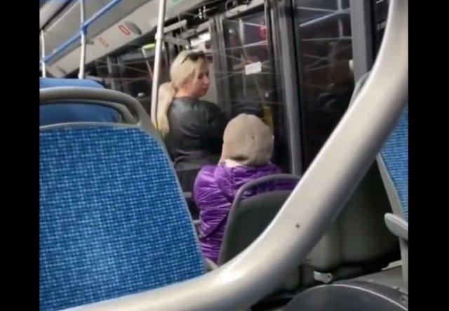 """Неадекватная женщина кричит и обзывает женщину """"мочалкой"""""""