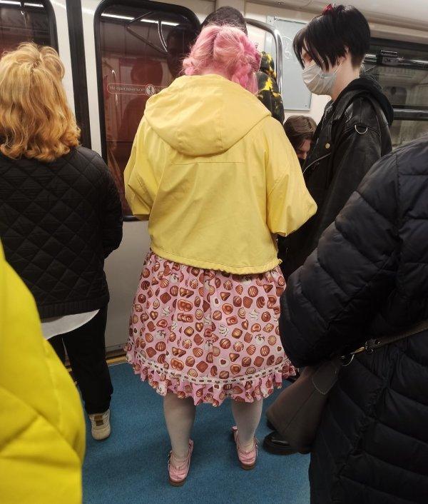 девушка в юбке с конфетами
