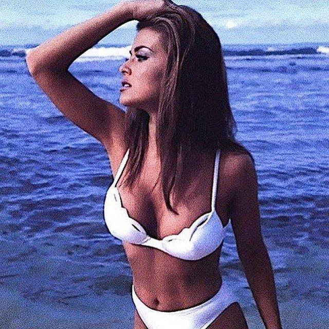 Кармен Электра в белом купальнике
