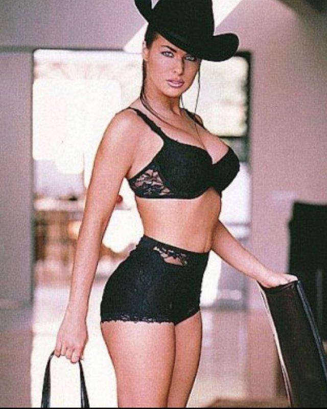 Кармен Электра в черном нижнем белье и шляпе