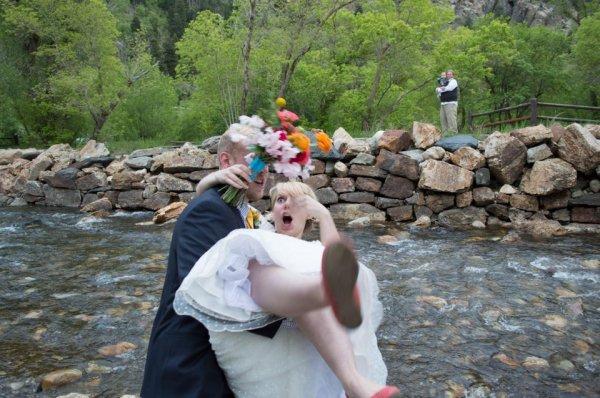 Споткнуться с женой на руках у берега реки... классика
