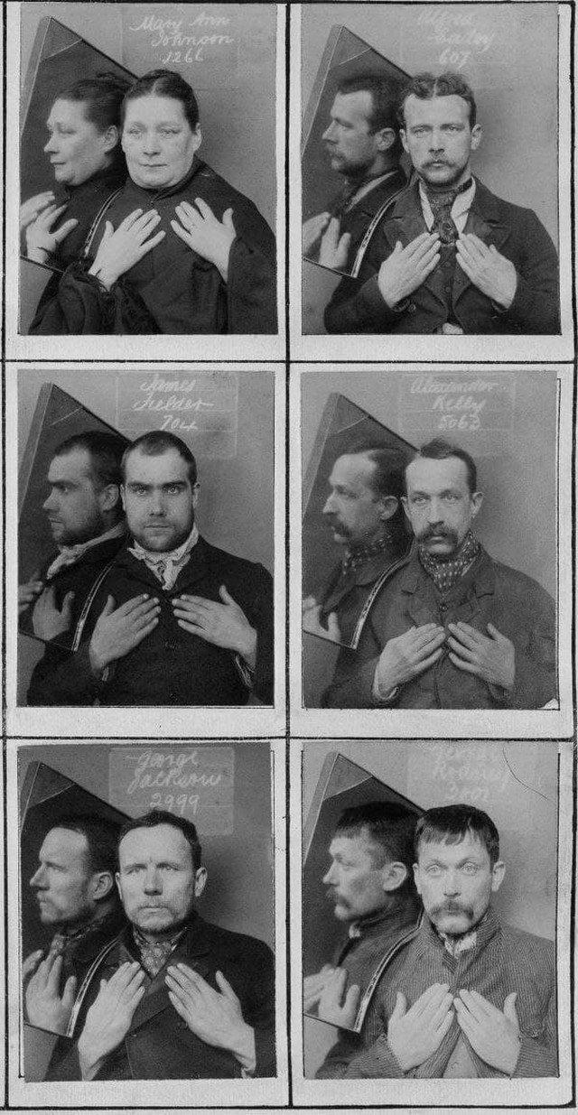 В 1890-х годах на фото под арестом для вида в профиль использовалось зеркало, и подозреваемые держали руки на груди