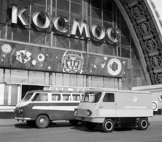 Электромобиль около павильона Космос на ВДНХ. 1969.