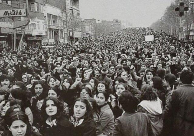 Женщины, возражающие принудительному ношению хиджаба в Иране спустя дни после исламской революции, 1979.