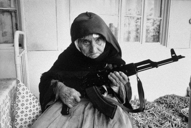 106-летняя армянская женщина защищает свой дом с AK-47 в руках, 1990 год
