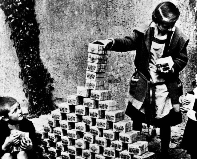Дети играют пачками денег в период гиперинфляции. Германия, 1922 год.