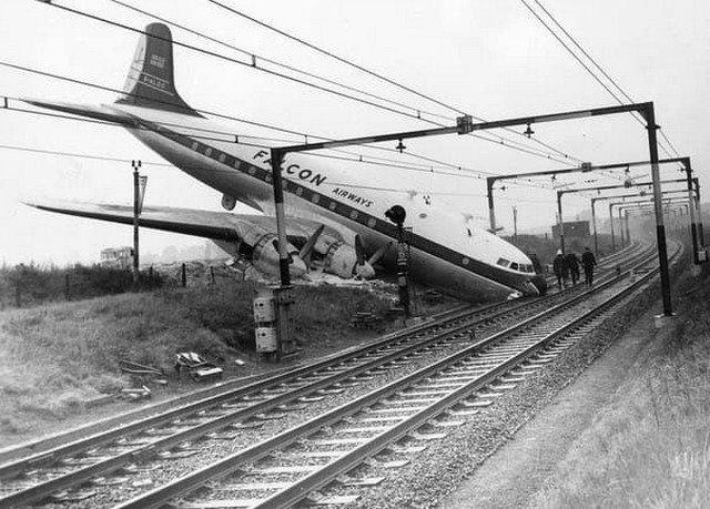 Самолет упал на рельсы в Великобритании. Никто не погиб 10 октября 1960 года.