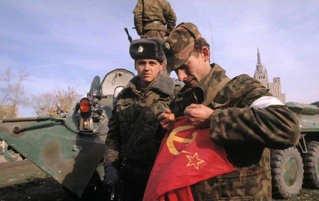 Офицер Таманской дивизии рвёт снятый с Белого дома советский флаг. 1993 год, октябрь.
