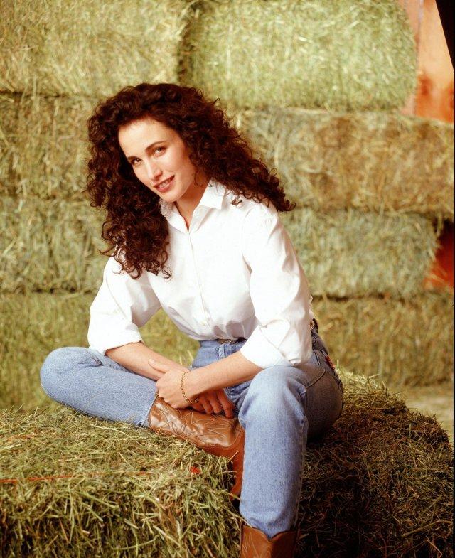 Энди МакДауэлл в белой рубашке и джинсах