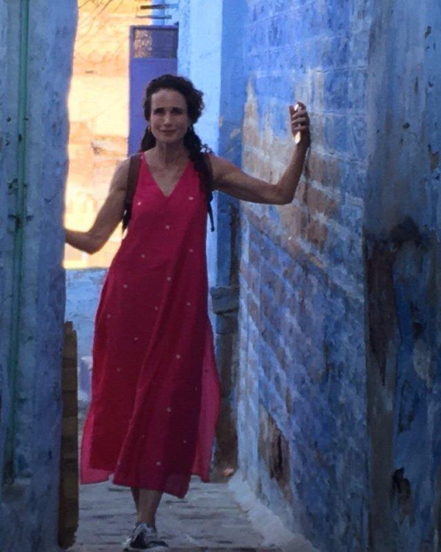 Энди МакДауэлл в красном платье